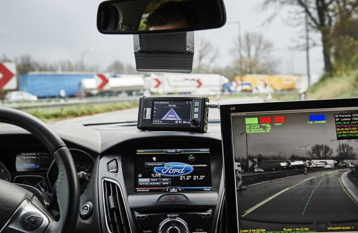 Jazda w korku jest niezwykle męcząca, stresująca i monotonna. Niestety na to właśnie skazani są kierowcy w Europie, średnio spędzając w korkach 30 godzin rocznie. Dlatego firma Ford prowadzi obecnie prace nad technologią, która pozwoli im zrelaksować się podczas codziennych dojazdów do pracy / Fot. Ford
