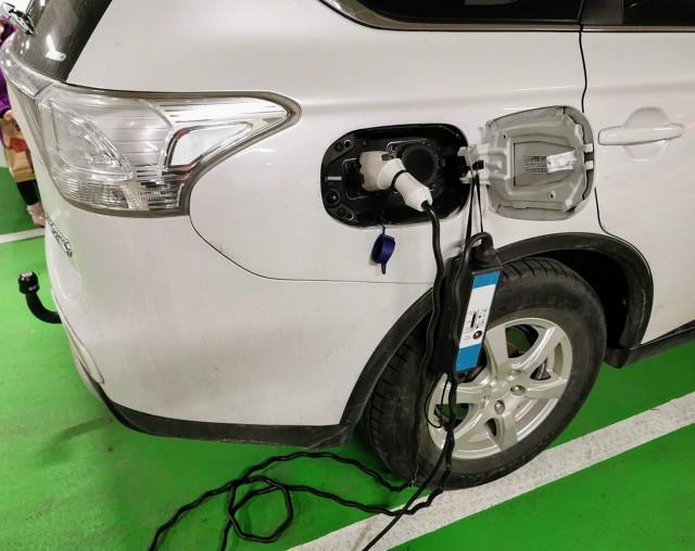 Ładowanie samochodów elektrycznych wykorzystując dostępną miejską infrastrukturę lub ładowarki na stacjach benzynowych jest w miarę proste. Jednak jeśli chcemy ładować nasze elektryczne auto w podziemnym garażu budynku wielorodzinnego, gdzie nie przewidziano odpowiedniej infrastruktury, możemy natrafić na spore problemy.  Dziś przedstawiamy podstawowe informacje dotyczące ładowania samochodów elektrycznych w warunkach domowych.   Fot. Jacek Wasilewski