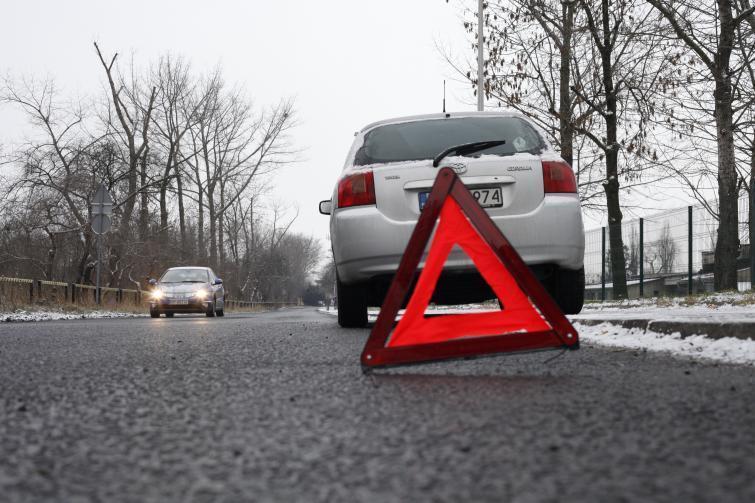 Mieliśmy wypadek, stłuczkę, czy po prostu zepsuł nam się samochód i musieliśmy się nagle zatrzymać. Pamiętajmy, by prawidłowo oznakować pojazd. Jest to ważne zwłaszcza teraz, kiedy warunki znacznie zmniejszają widoczność.  Fot. Archiwum