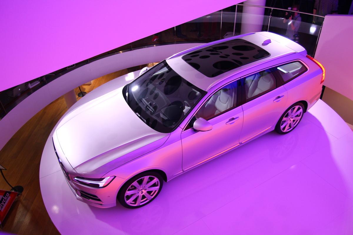 Zupełnie nowa jest też mechanika samochodu. V90 to trzeci, po XC90 oraz sedanie S90, model bazujący na modularnej platformie podłogowej SPA. Volvo V90 jest aż o 15 centymetrów dłuższe od swojego poprzednika. Wydłużenie nadwozia korzystnie wpłynęło na przestronność nadwozia i kubaturę bagażnika / Fot. Łukasz Szewczyk