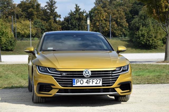 Volkswagen Arteon R-Line 2.0 TSI 4Motion  Cena podstawowej wersji to 127 690 złotych (nie uwzględnia promocji). Kwota ta dotyczy wersji Essence wyposażonej w silnik 1.5 TSI 150 KM, napęd na jedną oś oraz manualną przekładnię biegów. Zakup natomiast prezentowanego pojazdu to już jednak wydatek przekraczający kwotę 225 tysięcy złotych. Arteon posiada wszystkie niezbędne cechy, które mogą pozwolić autu w dość krótkim czasie osiągnąć sukces rynkowy.  Fot. Robert Kulczyk – Info-Ekspert