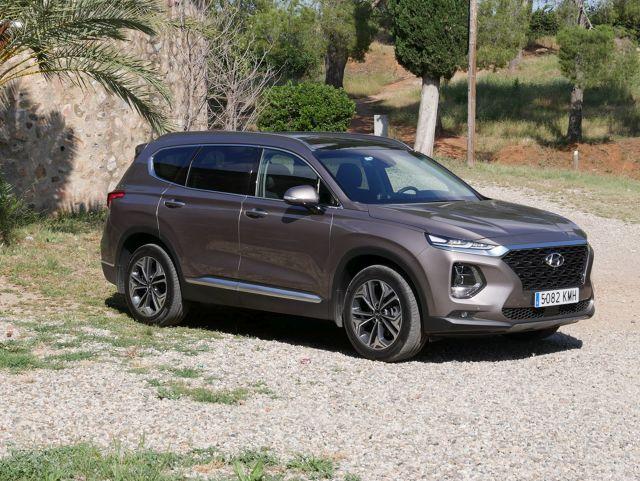 Hyundai chce wykorzystać popularność SUV-ów i wprowadza na rynek nowego Santa Fe, który nie przypomina poprzednich trzech generacji. To nowoczesny, komfortowy i zaawansowany technologicznie samochód, który ma szansę przyciągnąć uwagę.  Fot. Bartłomiej Pobocha