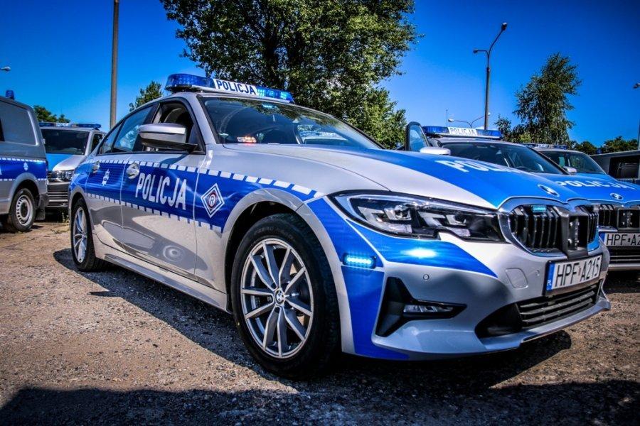 BMW 320i  Koszt jednego pojazdu to około 135 tys. zł. Pieniądze na zakup pojazdów pochodzą ze środków unijnych. Oznakowane BMW można już spotkać m.in. na autostradach A2 i A1 w okolicach Strykowa.  Fot. Policja.pl