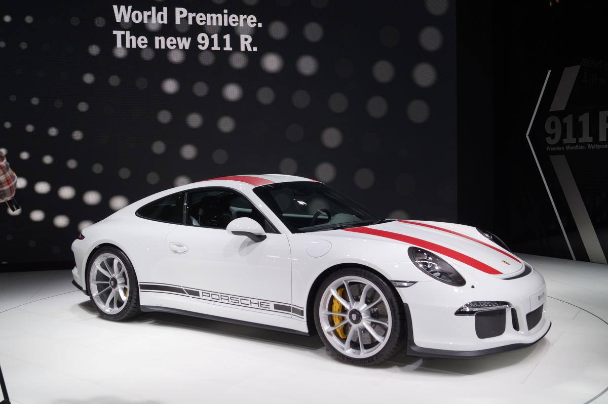 Porsche 911 R  Specjalna edycja auta limitowana jest do 991 egzemplarzy. Pojazd waży 1370 kg, co oznacza, że jest to obecnie najlżejsza wersja tego modelu  Fot. Tomasz Szmandra