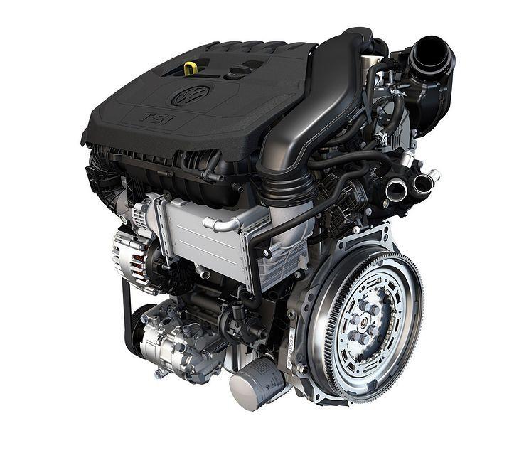 Silnik 1.5 TSI pojawił się w samochodach Grupy Volkswagena w 2017 roku. Spotkać go można w np. w Golfie, Passacie, Superbie, Kodiaqu, Leonie czy też Audi A5. Ta jednostka napędowa, to rozwinięcie konstrukcyjne projektu 1.4 TSI, który po wielu latach od debiutu zyskał wielu zwolenników, mimo początkowych kłopotów natury technicznej. Niestety wraz z upływem czasu użytkownicy motoru nowej generacji zaczęli sygnalizować problem związany z niemożnością płynnego ruszania.  Fot. Volkswagen