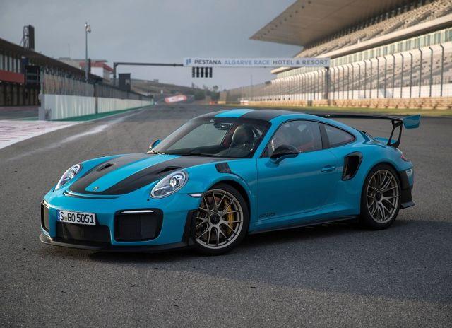 Na polskim rynku operuje przeszło czterdziestu producentów samochodów. Każdy stara się przyciągnąć klientów do siebie oferując upusty, promocje oraz jak najniższą cenę. A co znajduje się na drugim końcu cennika? Prezentujemy najdroższe modele marek wciąż mogących uchodzić za popularne.   fot. Porsche