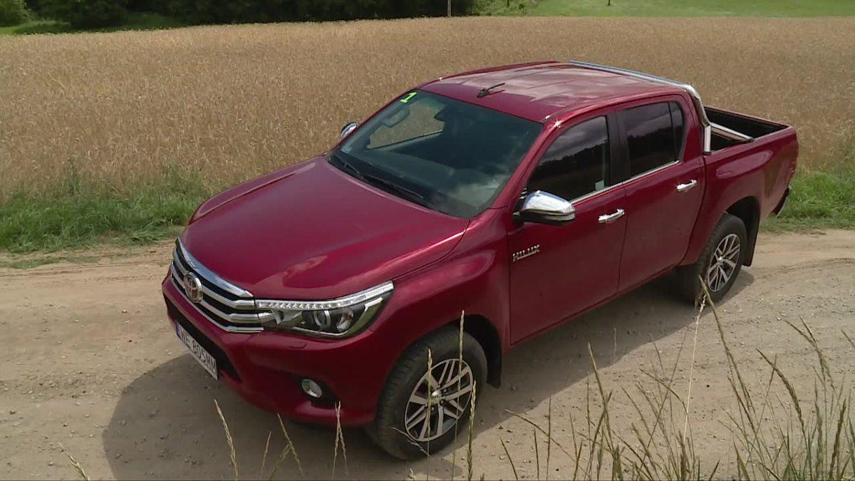 Toyota Hilux   Auto naturalnie napędzane jest na cztery koła. Niestety, nowa wersja oferowana będzie tylko z silnikiem Diesla o mocy 150 KM. W terenie jednak nie prędkość jest najważniejsza, a moment obrotowy, który wynosi 400 Nm.   Fot. TVN Turbo/x-news