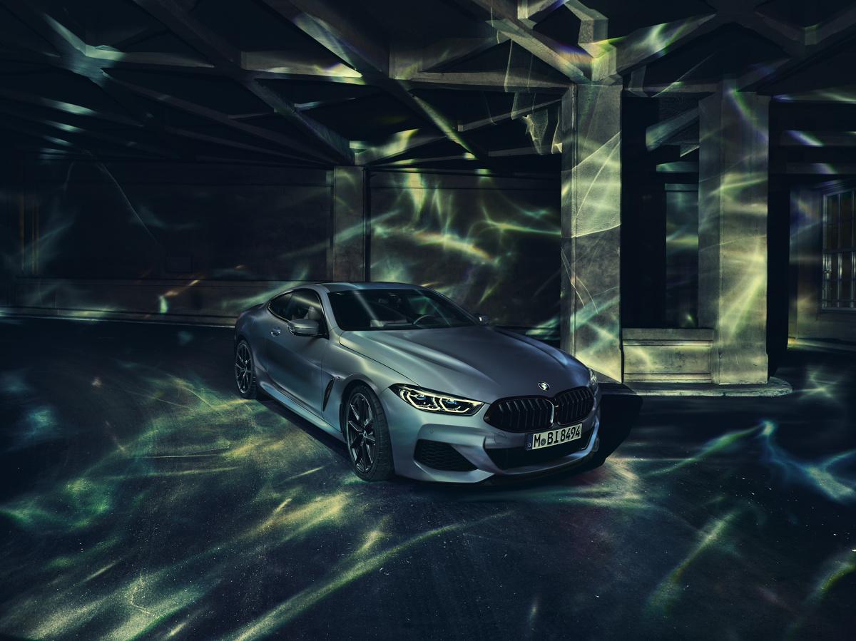 BMW M850i xDrive Coupé First Edition  Model z edycji specjalnej jest napędzany 8-cylindrowym silnikiem benzynowym o mocy 530 KM wyposażonym w technologię BMW TwinPower Turbo. Wysokoobrotowy silnik V8 w połączeniu z 8-stopniową sportową skrzynią Steptronic przekazuje moc na drogę dzięki technologii inteligentnego napędu na cztery koła BMW xDrive.  Fot. BMW