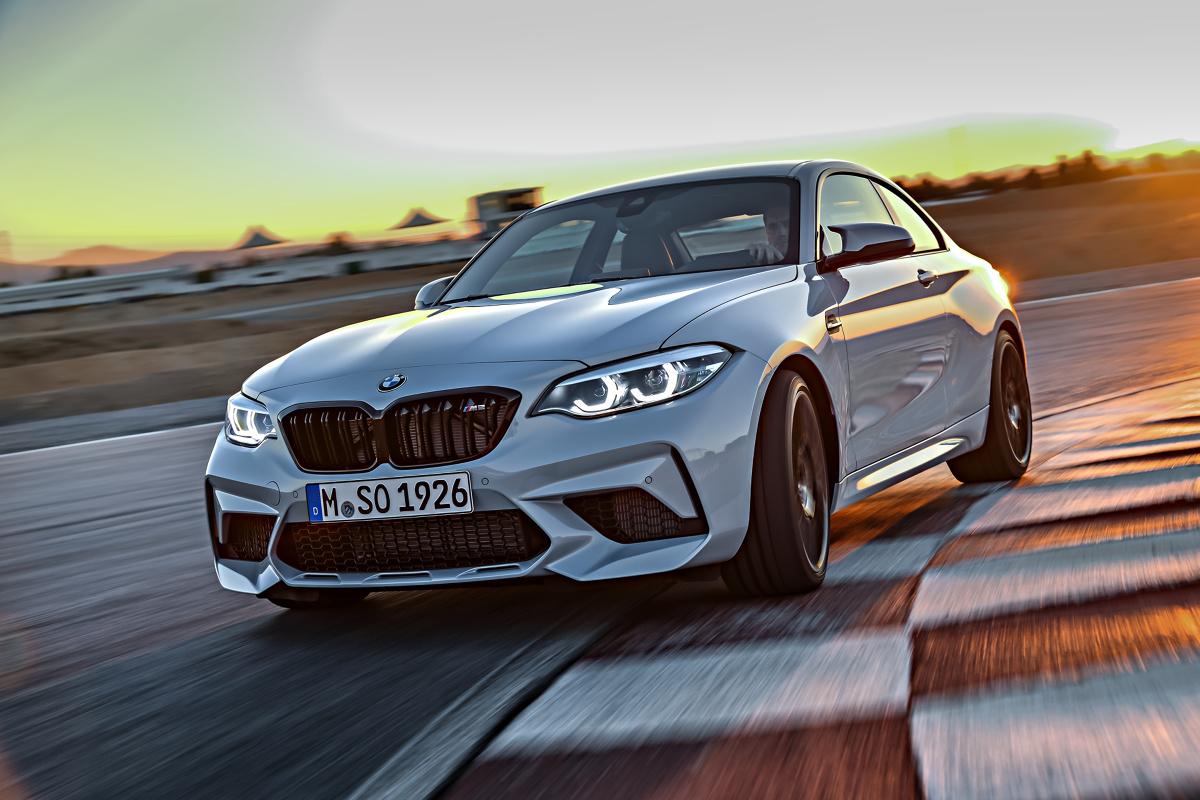 BMW M2 Competition   Standardowy wariant przyspiesza do 100 km/h w 4,4 s i osiąga prędkość maksymalną 250 km/h. Wersja ze zautomatyzowaną skrzynią potrzebuje na rozpędzenie się do 100 km/h 4,2 s.  Fot. BMW