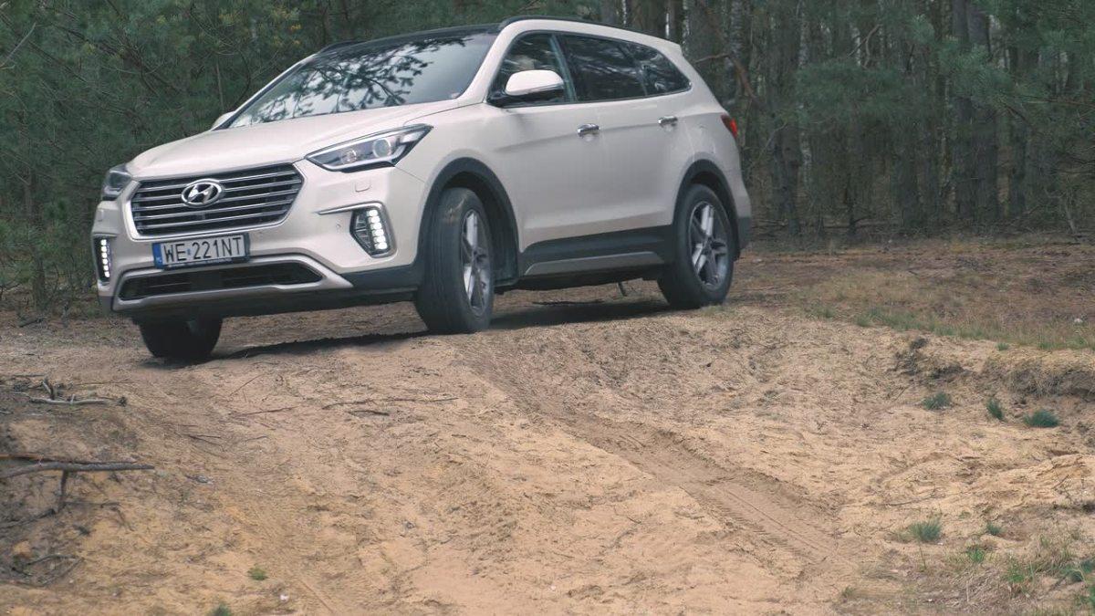 Hyundai Grand Santa Fe  Za napęd odpowiada czterocylindrowy turbodiesel o pojemności 2,2 litra dostarczający 200 KM mocy i 440 Nm momentu obrotowego. Auto zostało wyposażone w automatyczną skrzynię biegów i napęd na cztery koła.  Fot. Motofakty.pl