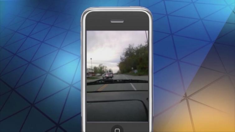 Wypadek spowodowany przez kobietę piszącą SMS-y zarejestrował pasażer innego auta