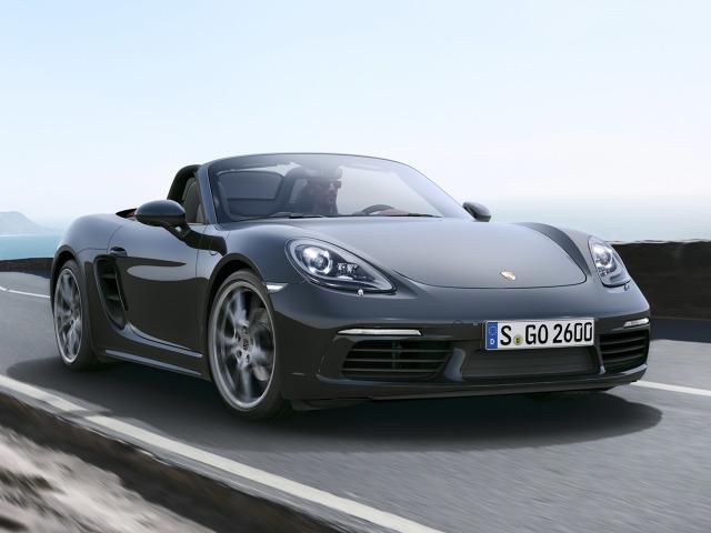 Pas przedni ma większe wloty powietrza. Nowe są m.in. lusterka oraz osłony progowe, a standardem są 19-calowe obręcze. Można jednak zdecydować się na felgi w rozmiarze 20-cali / Fot. Porsche