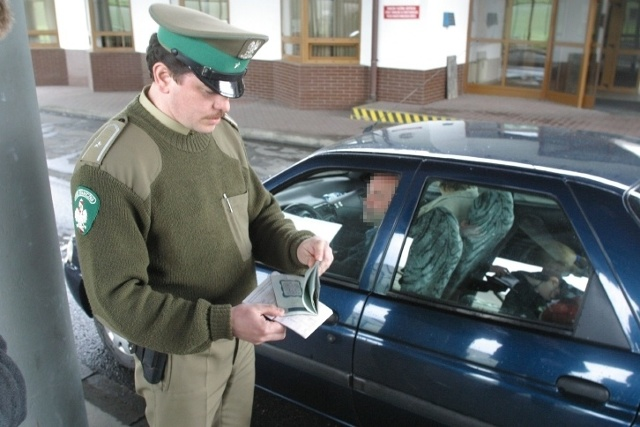 Jak informuje Komenda Główna Straży Granicznej 22 listopada, w związku ze szczytem klimatycznym ONZ COP 2018, na granicy wewnętrznej zostanie tymczasowo przywrócona kontrola graniczna. Do 16 grudnia granicę z Niemcami, Litwą, Czechami i Słowacją będzie można przekraczać tylko w wyznaczonych miejscach. Takich miejsc będzie w sumie 264. Kontrole będą również prowadzone w portach morskich i na lotniskach.  Fot. Arkadiusz Gola