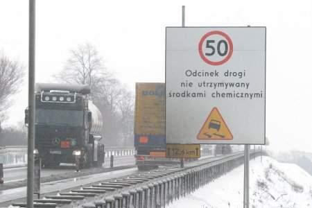 Fot. Piotr Krzyżanowski: Takie zaskakujące tablice można zobaczyć na dopiero co oddanej do użytku betonowej nitce A-4.