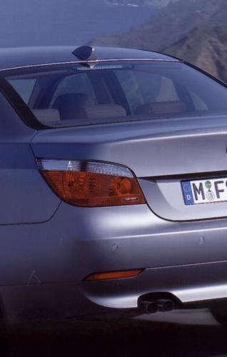 """Fot. BMW: Dwustopniowe światła """"stop"""" w BMW. Gdy włączy się układ ABS lub układ wspomagania nagłego hamowania, powierzchnia świateł """"stop"""" ulega samoczynnemu zwiększeniu. Ma to poinformować kierowców jadących z tyłu o intensywnym h"""