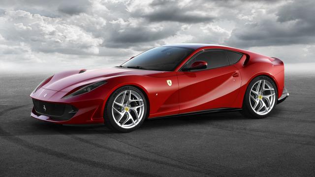 Ferrari 812 Superfast  Pod maską pracuje 6,5-litrowy, wolnossący motor V12 oferujący 800 KM i 718 Nm. Silnik współpracuje z 7-stopniową, dwusprzęgłową skrzynią automatyczną. Ferrari 812 Superfast do 100 m/h przyspiesza w 2,9 s, natomiast prędkość maksymalna wynosi 340 km/h.   Fot. Ferrari