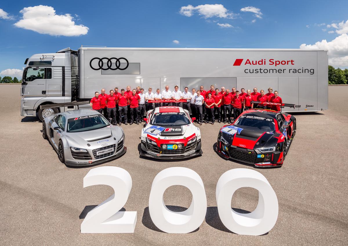 """Audi R8 LMS  Podwozie modelu Audi R8 LMS powstaje w zakładzie """"Böllinger Höfe"""" na tych samych liniach produkcyjnych, co seryjny model Audi R8. Pomiędzy obydwoma samochodami sportowymi istnieje z resztą ścisłe pokrewieństwo. Samochód wyścigowy wykorzystuje 50 procent części i podzespołów modelu seryjnego, w tym prawie niezmieniony silnik V10 FSI.  Fot. Audi"""