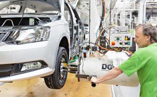 Przeciętny użytkownik samochodu najczęściej zwraca uwagę na silnik, układ kierowniczy czy hamulce. Tymczasem jednym z głównych elementów mających wpływ na bezpieczeństwo jazdy jest zawieszenie.  fot. Skoda