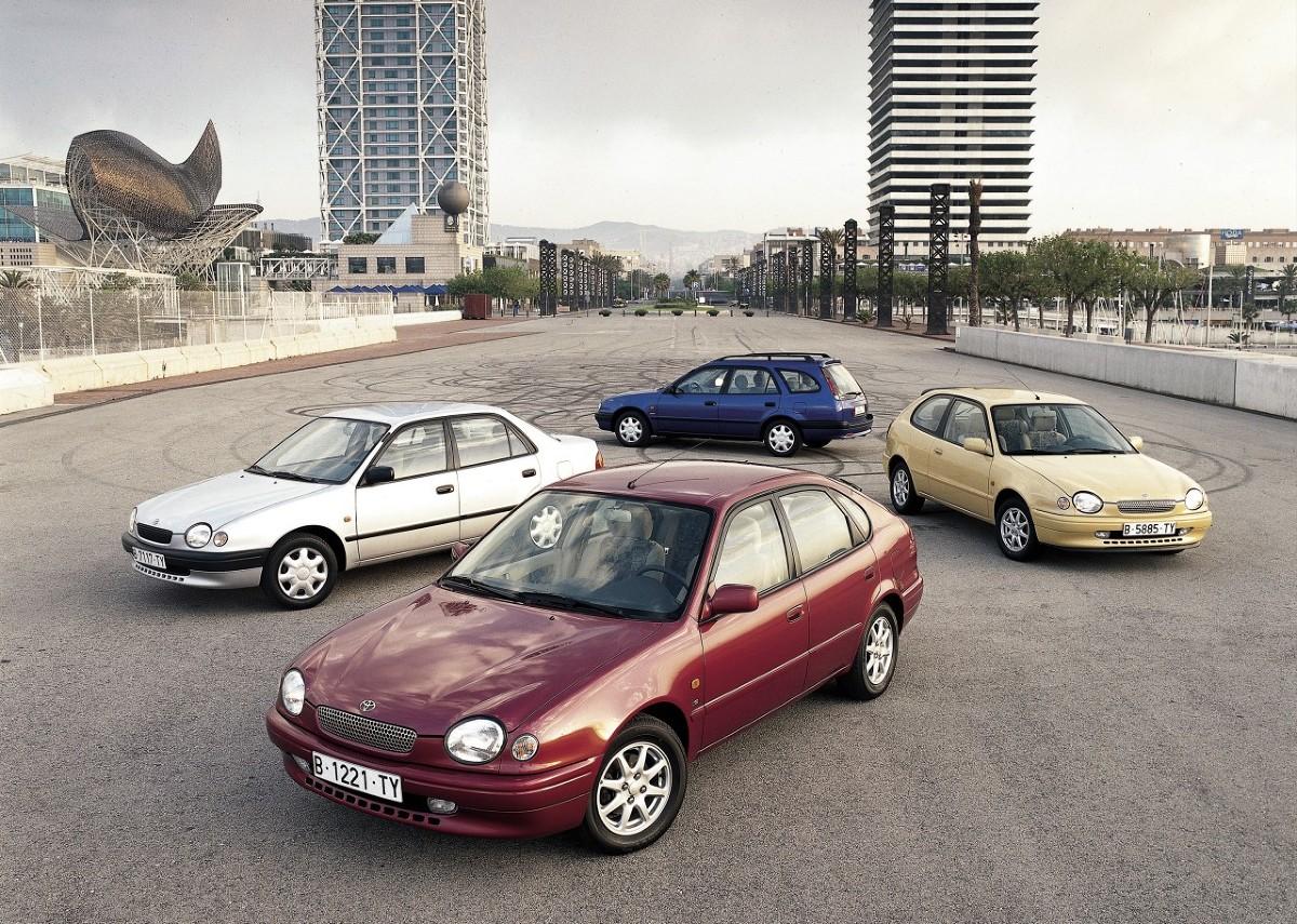 Toyota Corolla jest najlepiej sprzedającym się samochodem wszechczasów od 1974 roku. Auto zadebiutowało w 1966 roku – w tym roku obchodzi pięćdziesięciolecie. W ciągu pięciu dekad pojawiło się 11 generacji, a łączna sprzedaż modelu przekroczyła 40 milionów samochodów. W 2015 roku sprzedaż japońskiego kompaktu wyniosła ponad 1,3 mln egzemplarzy, po raz kolejny zajmując niezagrożone pierwsze miejsce / Fot. Toyota