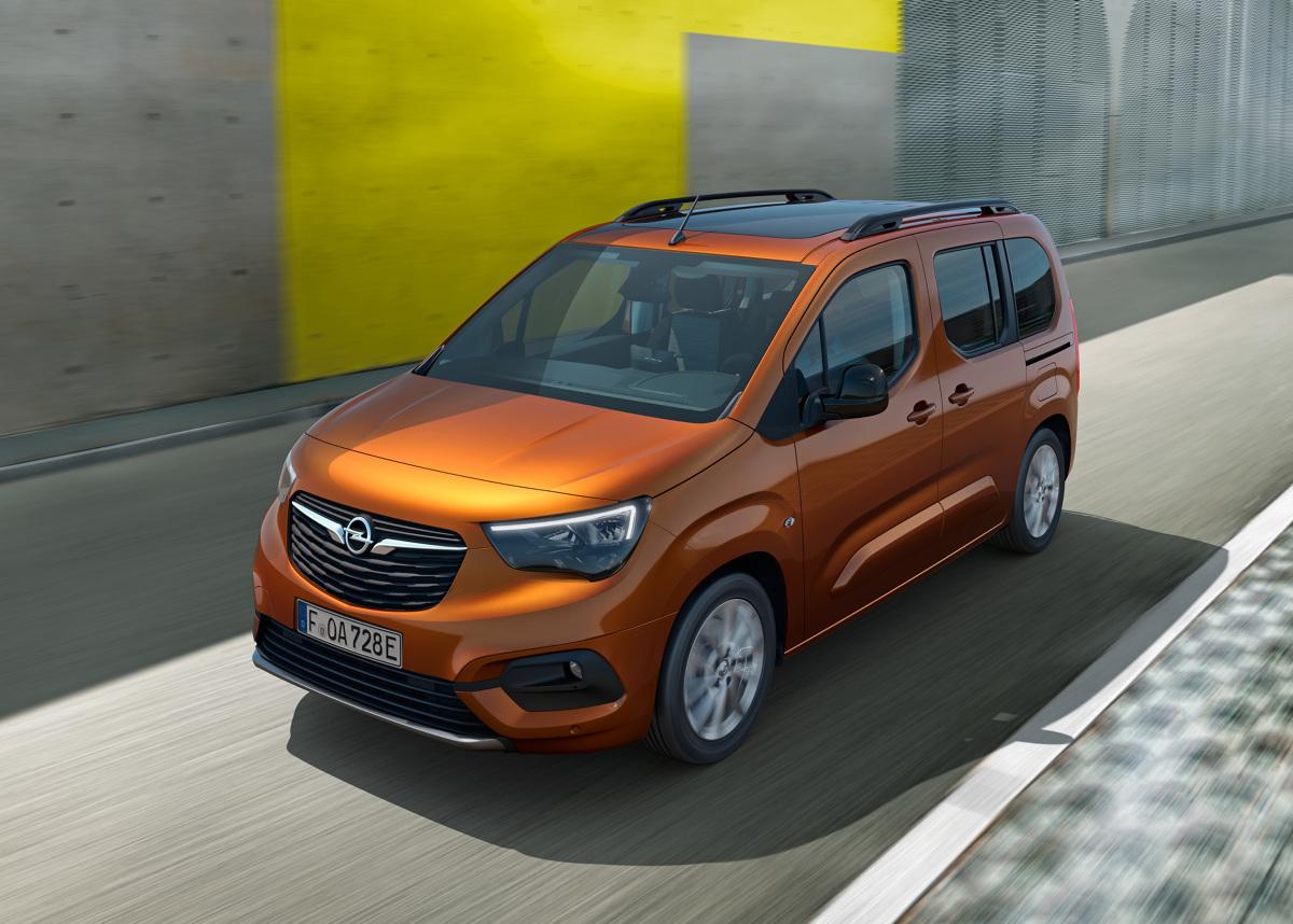 Opel Combo‑e Life.  Opel wprowadza nowe Combo‑e Life z zasilaniem akumulatorowym! W pełni elektryczny kombivan niemieckiego producenta będzie oferowany z jednymi lub dwoma bocznymi drzwiami przesuwanymi, w wersji standardowej lub XL o długości odpowiednio 4,4 lub 4,75 m, z pięcio- lub siedmiomiejscowym przedziałem pasażerskim.  Nowy Combo‑e Life pojawi się u dealerów jesienią tego roku.  Fot. Opel