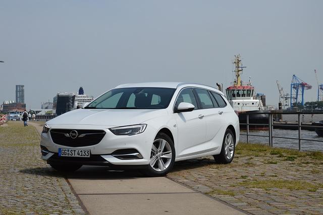 Opel Insignia Sports Tourer   Klienci już mogą składać zamówienia na nowego Opla. Cennik rozpoczyna się od kwoty 103 900 zł. Tyle trzeba zapłacić za wersję z benzynowym silnikiem 1.5 Turbo 140 KM.  Fot. Wojciech Frelichowski