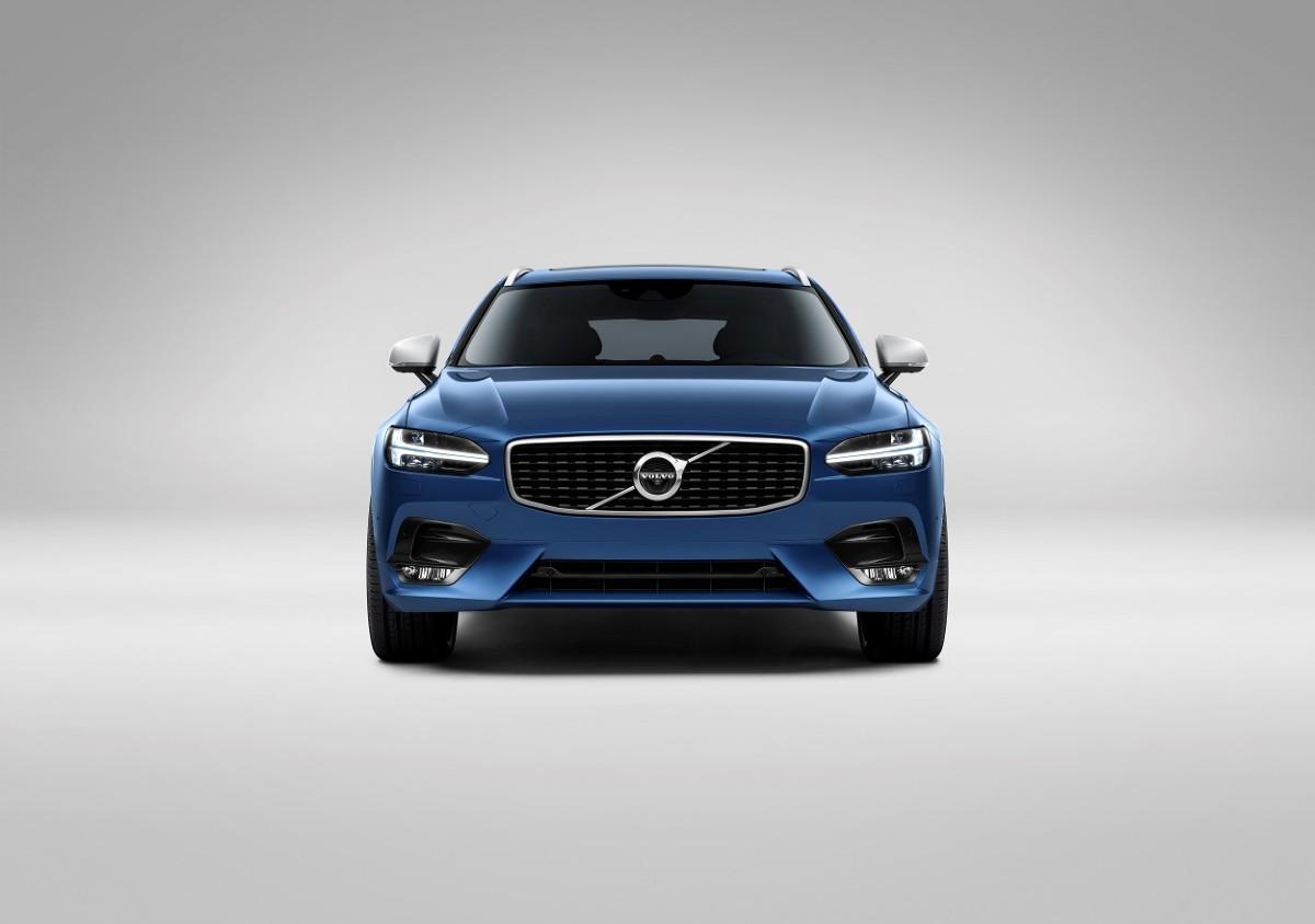 Charakter R-Desing odzwierciedla wiele elementów nadwozia. Począwszy od przedniego zderzaka ze zintegrowanym spojlerem i światłami przeciwmgielnymi uzupełnionego grillem z wykończeniem piano black, poprzez nowy wzór pięcioramiennych felg, aż po tylny zderzak z podwójnymi końcówkami układu wydechowego / Fot. Volvo