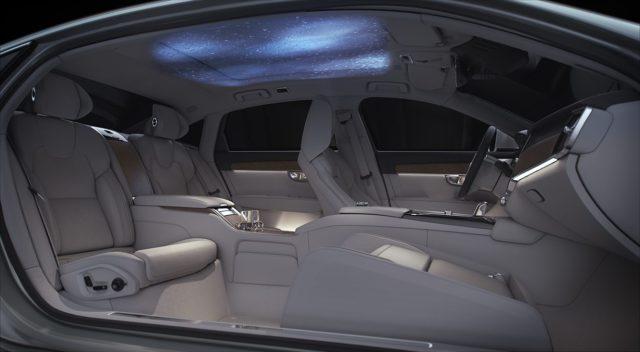 Volvo S90 Ambience Concept  System sterowania wizualizacją przekształca podsufitkę wedle wyboru tematycznego – w zorzę polarną, skandynawski las, jezioro łabędzie, archipelag deszczowy – każdorazowo inspirując inny nastrój, od relaksacyjnego po ożywczy.  Fot. Volvo