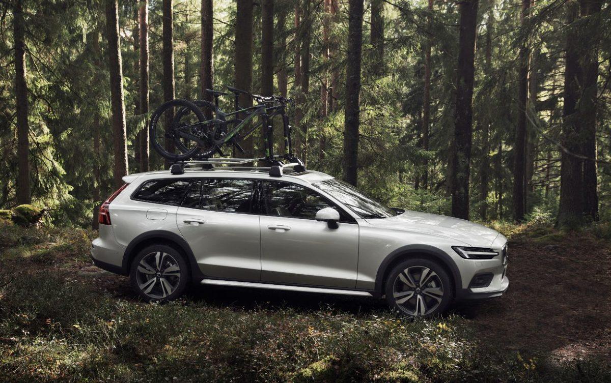 Volvo V60 Cross Country   Volvo V60 Cross Country będzie dostępny na początku z silnikiem Diesla D4 AWD o mocy 190 KM. Następnie zadebiutuje w Polsce wersja benzynowa T5 AWD 250 KM. Później dołączy wersja plug-in hybrid oraz mild hybrid.  Fot. Volvo