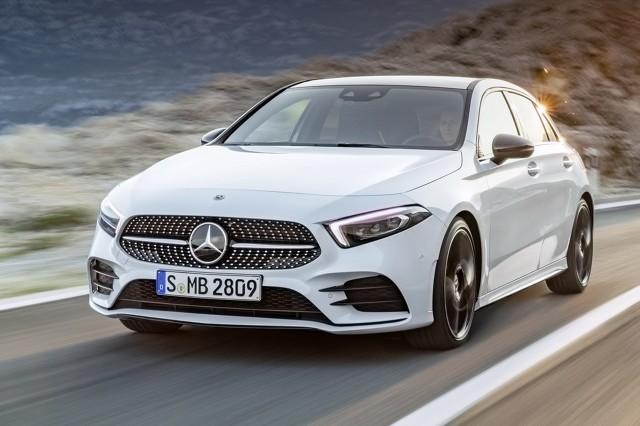 Mercedes Klasy A  Debiutująca czwarta generacja Mercedesa Klasy A mierzy 4419 mm długości, 1796 mm szerokości oraz 1440 mm wysokości. Oznacza to, że samochód będzie dłuższy o 120 mm, a także o 16 mm szerszy i o 7 mm wyższy. Rozstaw osi powiększył się o 30 mm do 2729 mm. Standardowo bagażnik pomieści 370 l.  Fot. Mercedes-Benz