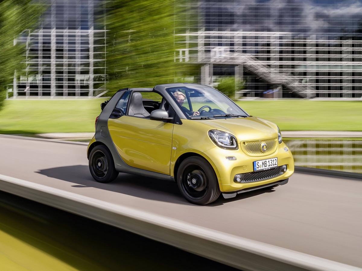Nowy Smart Fortwo Cabrio jest gotowy do wiosennej premiery. Otwarty wariant dwuosobowego auta miejskiego pojawi się u dealerów w lutym 2016 roku / Fot. Smart