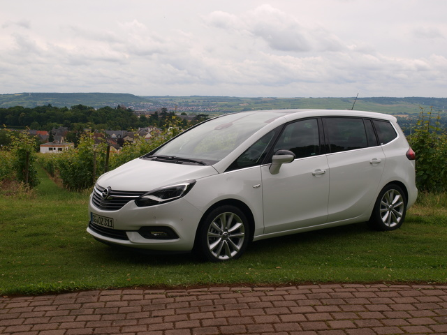 Opel Zafira  Nowy minivan Opla wchodzi do sprzedaży jesienią. Wtedy poznamy szczegółowy cennik. Na razie wiadomo, że najtańszy model ze 120-konnym, benzynowym silnikiem ma kosztować 79 950 zł.  Fot. Michał Kij