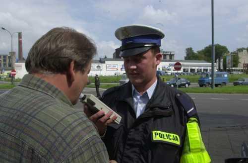 Fot. Grzegorz Michałowski: Kierowcy powinni spodziewać sie nie tylko badania za pomoca alkomatu. Policja może także przeprowadzić test na obecność narkotyków w organizmie prowadzącego.