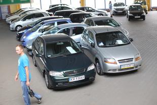 Samochód używany.  Polacy jeżdżą jednymi z najstarszych aut w Europie