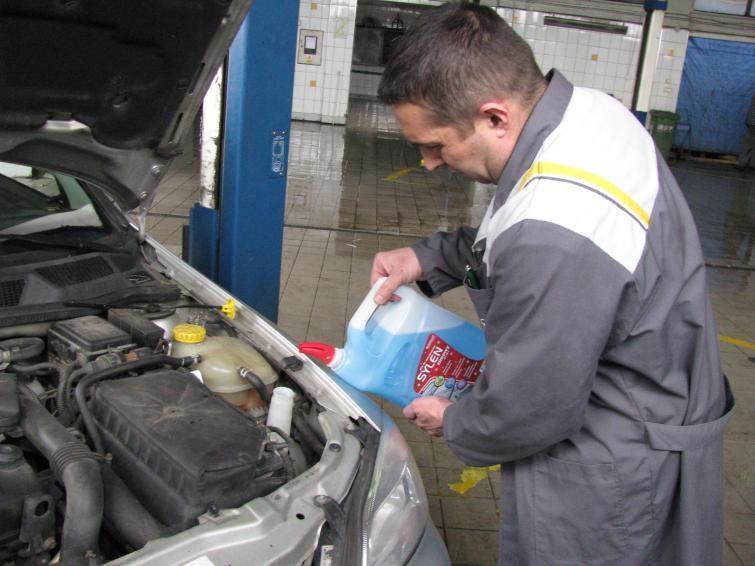 Płyny i oleje w samochodzie - jak sprawdzać i kiedy wymieniać