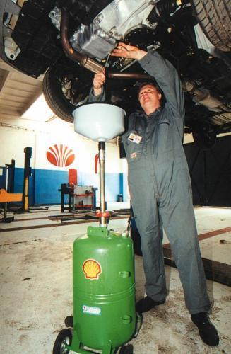 Fot. Paweł Nowak: Często producent samochodu współpracuje z wytwórcą oleju, dlatego podczas okresowej wymiany wlewany jest do samochodu ściśle określony środek smarny. Trzeba przestrzegać parametrów oleju – klasy lepkości i jakości, a wytwórca oleju