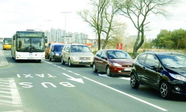 Kierowcy są wściekli: - Busy jadą, auta stoją!