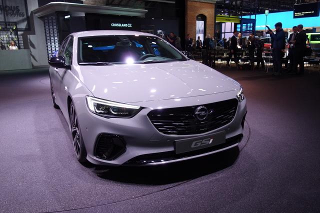 Opel Insignia GSi  Sportowiec ze stajni Opla jest napędzany motorem 2.0 Turbo, który rozwija 260 KM i 400 Nm, a w cyklu mieszanym zużywa 8,6 l/100km.   Fot. Marek Perczak