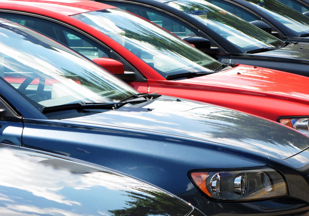 Biały to ulubiony kolor nabywców nowych samochodów – wynika z najnowszych statystyk platformy Carsmile. Aż 27% kierowców decyduje się na ten kolor. Za wyborem białego przemawiają względy ekonomiczne oraz moda. Nie zawsze jednak dostaniemy ten kolor bez dopłaty.   Fot. Shutterstock