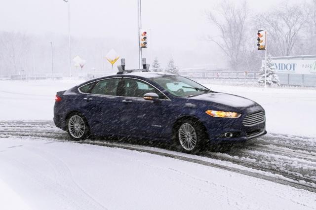 Eksperci podkreślają, że poruszanie się w pełni autonomicznych aut nie może być zależne wyłącznie od wskazań GPS, których dokładność ogranicza się do kilku metrów - to nie wystarczy, aby zlokalizować lub zidentyfikować pozycję auta. Samochód autonomiczny musi znać swoją dokładną pozycję, nie tylko w obrębie miasta czy drogi, ale pasa ruchu - kilka centymetrów odstępstwa oznacza w tym przypadku ogromną różnicę / Fot. Ford
