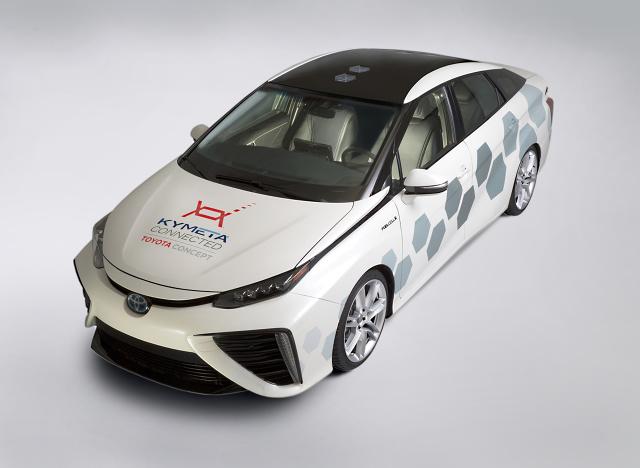 Toyota zaprezentowała na targach NAIAS 2016 w Detroit przełomowe rozwiązanie telekomunikacyjne stworzone we współpracy z firmą Kymeta. Samochód koncepcyjny oparty na wodorowym modelu Mirai jest wyposażony w eksperymentalne systemy łączności satelitarnej / Fot. Toyota