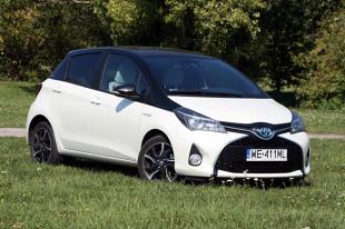 Toyota Yaris Hybrid   Porównanie zespołów napędowych wykazuje przewagę hybrydowego Yarisa. Silniki pracują spokojnie i bez wibracji, poza momentami przyspieszania i jazdy z wysokimi prędkościami powstaje wrażenie, że Yaris Hybrid w ogóle nie ma napędu, słychać jedynie szum opon.  Fot. Dariusz Dobosz