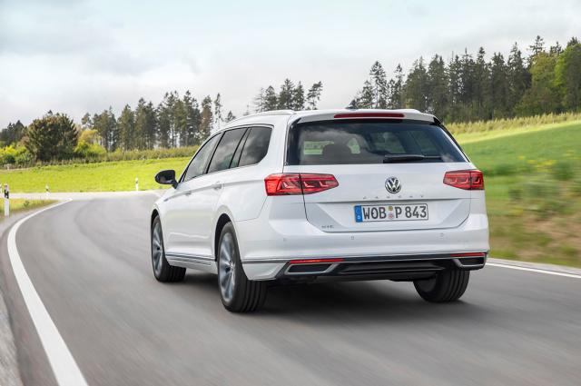 Trudno oczekiwać od Volkswagena eksperymentów i szaleństwa, choć kilka ostatnich modeli w ofercie odrobinę łamie ten szablon – T-Cross, T-Roc oraz flagowy Arteon. Z Passatem jest jednak inaczej. Jest to bowiem filar oferty i tutaj miejsc na eksperymenty po prostu nie ma. Odświeżona wersja wygląda niemal tak samo, ale kryje bardzo dużo innowacji. Zapraszamy na prezentację odświeżonego Volkswagena Passata prosto z Frankfurtu.  Fot. Volkswagen