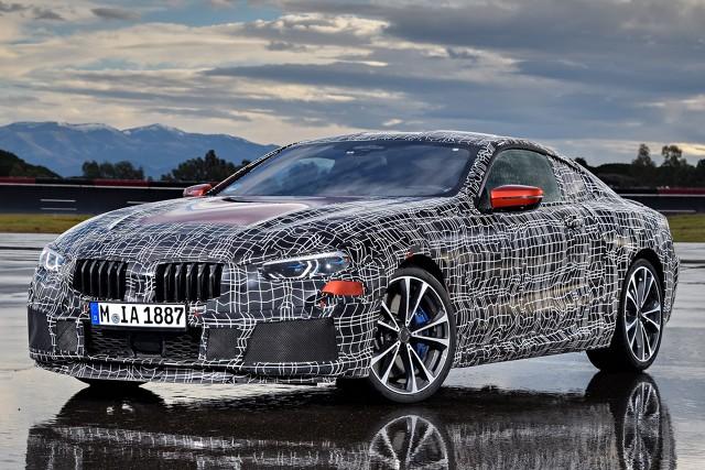 BMW serii 8  Prezentując BMW Concept 8 Series, BMW przedstawiła bliską wersji seryjnej koncepcję nowego samochodu sportowego dla segmentu luksusowego. Prototyp zbliżony do modelu produkcyjnego jest obecnie testowany na torze doświadczalnym w Aprilii (Włochy). Testy mają na celu przede wszystkim optymalizację dynamiki jazdy na nawierzchniach o wysokim współczynniku tarcia.  Fot. BMW