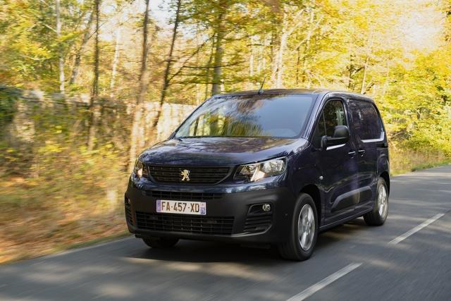 Peugeot Partner i Citroen Berlingo na przestrzeni lat wtopiły się w krajobraz drogowy Europy i dały się poznać jako solidni towarzysze codziennej pracy w wielu różnych branżach. Niedawno zaprezentowano kolejne generacje tych francuskich pojazdów użytkowych. Mieliśmy okazję już nimi jeździć.  Fot. Archiwum
