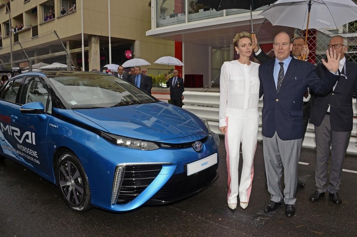 W niedzielę 29 maja książę Albert II w towarzystwie swojej żony, księżnej Charlène, wykonał honorowe okrążenie na rozpoczęcie wyścigu Formuły 1 Monaco Grand Prix. Władca Monako prowadził Toyotę Mirai, pierwszego seryjnego sedana napędzanego wodorowymi ogniwami paliwowymi.  Fot. Toyota