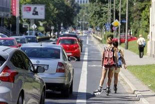 Przepisy. Którą stroną drogi należy się poruszać jadąc na rolkach?