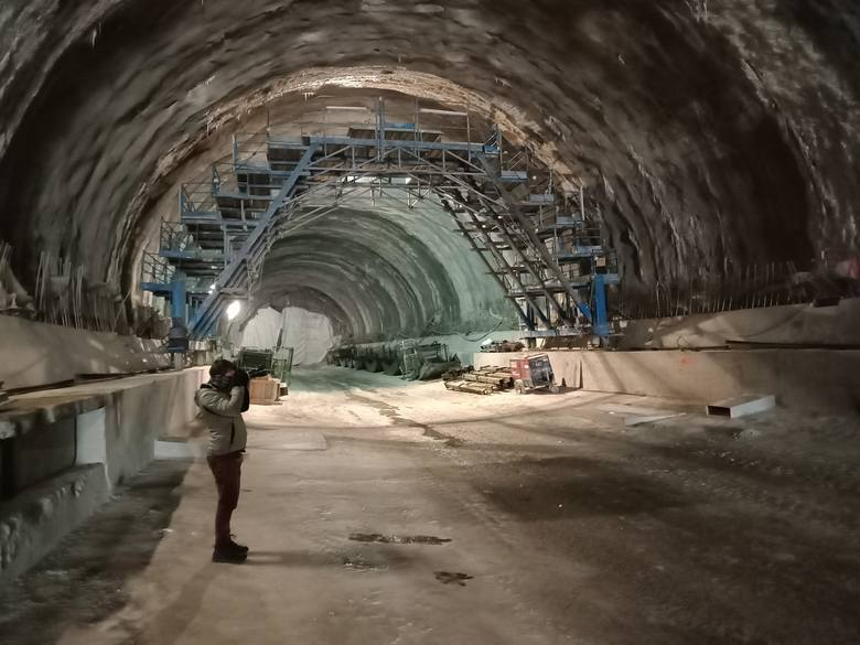 """Budowany od 4 lat tunel ekspresowej zakopianki (pod masywem Lubania Małego)czeka jeszcze na prace wykończeniowe, ale na dobrą sprawę już dziś można nim... spokojnie przejechać! Sprawdziliśmy to osobiście, bo dziennikarz """"Gazety Krakowskiej"""" na zaproszenie GDDKiA pokonał dziś cały odcinek drogi położonej pod ziemią. Trzeba przyznać, że inwestycja naprawdę robi wrażenie!  Fot. Tomasz Mateusiak"""