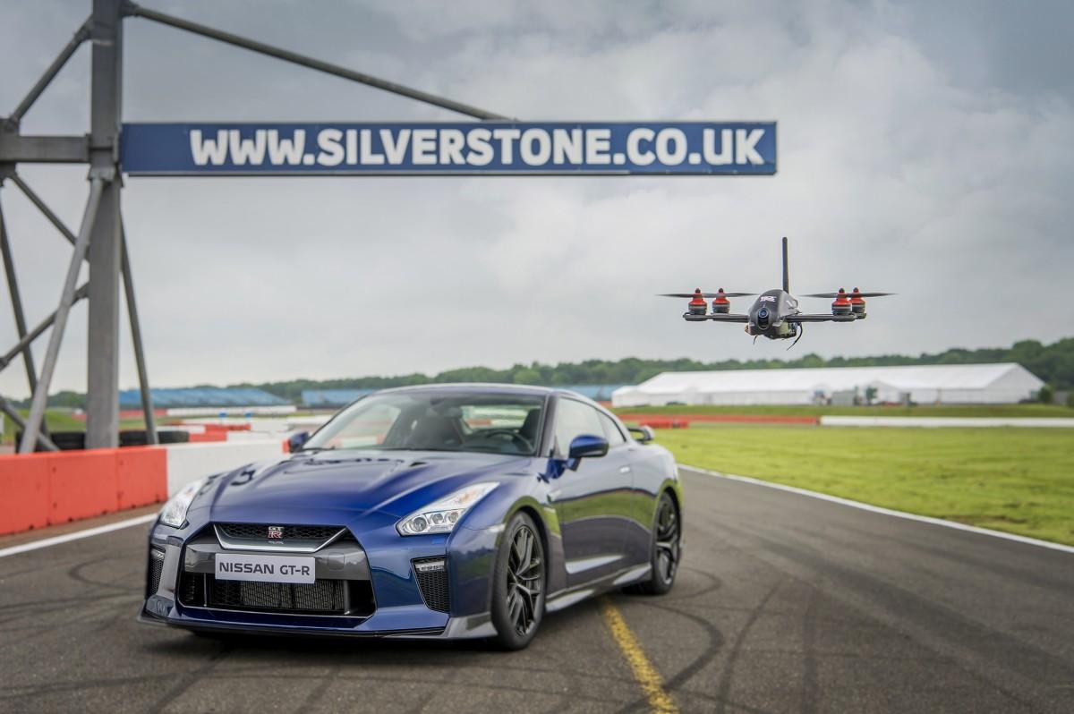 W ramach prezentacji możliwości obydwu maszyn dron GT‑R stanął do wyścigu z supersamochodem na wymagającym torze Silverstone. / Fot. Nissan