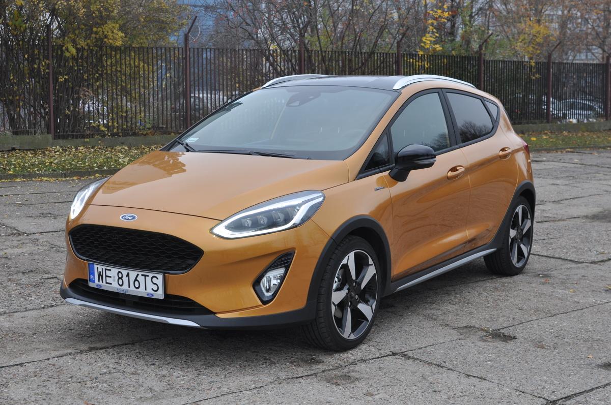 """Wszechobecne macki SUV-ów i crossoverów omiatają coraz to nowe segmenty rynku. Nie opierają się przed nimi także modele będące w sprzedaży od wielu lat. Jednym z nich jest Ford Fiesta - do tej pory kojarzony jako wdzięczne, acz solidne i dobrze prowadzące się miejskie auto. Od teraz jest dostępny w wersji """"dla aktywnych"""". W naszym teście Fiesta Active 1.0 Ecoboost o mocy 125 KM.  Fot. Jakub Mielniczak"""