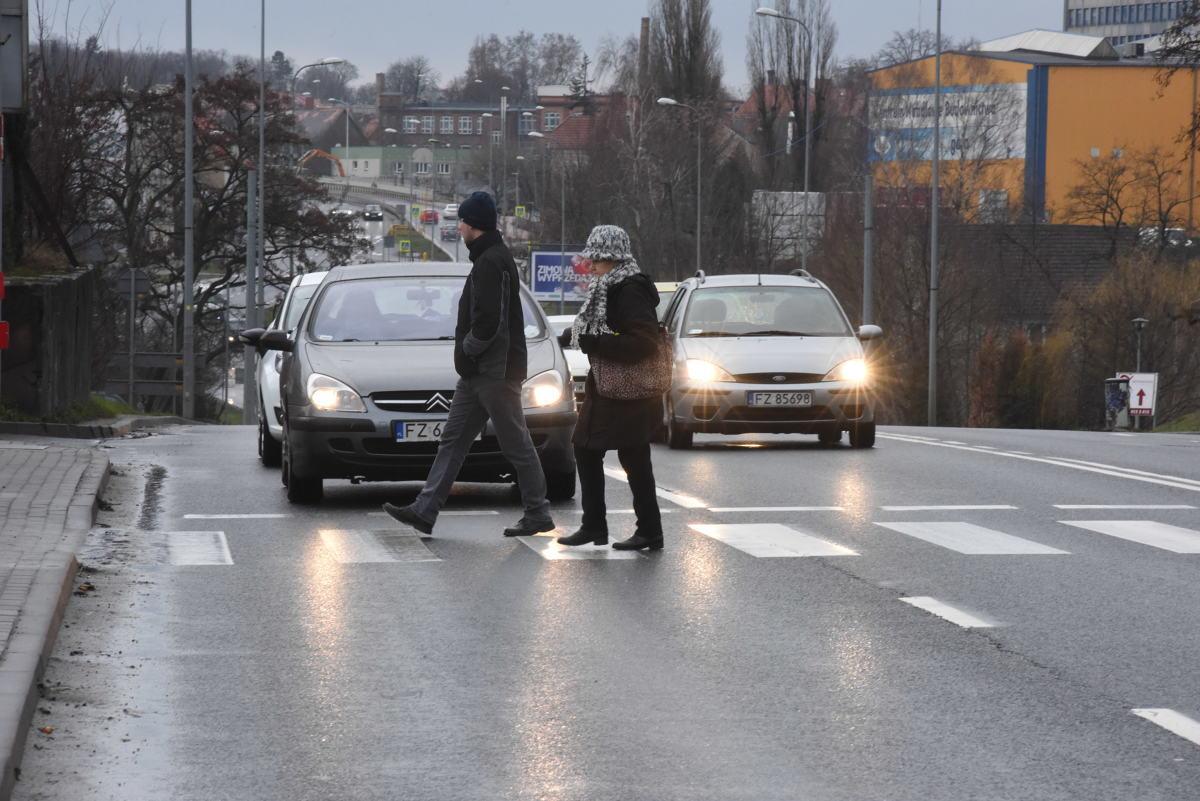 """Dziś w całym kraju policjanci ruchu drogowego prowadzą działania pn. """"Niechronieni uczestnicy ruchu drogowego"""" (NURD). Mimo iż nadrzędnym celem działań jest troska o bezpieczeństwo pieszych i rowerzystów, policjanci mają zwracać uwagę na każde zachowanie niezgodne z prawem.  Fot. Mariusz Kapała"""